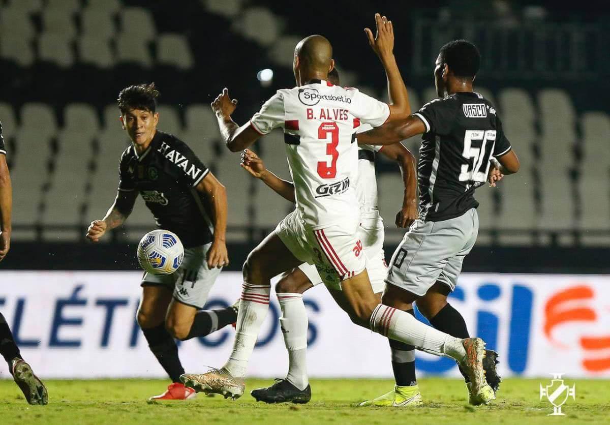 Cano e Juninho durante o jogo contra o São Paulo