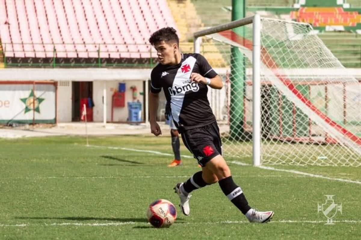 Diego Fernández em ação contra a Portuguesa-RJ