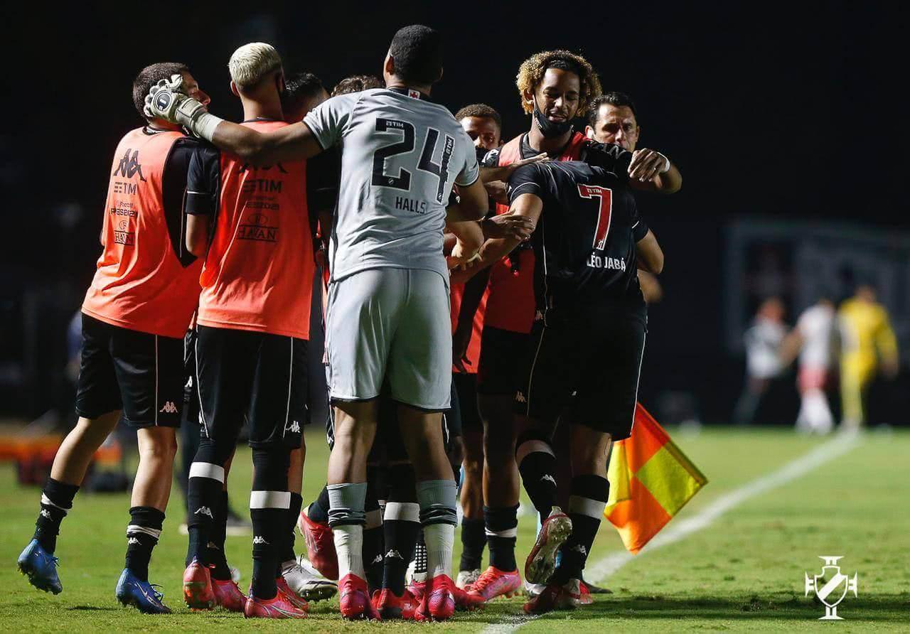 Jogadores do Vasco comemorando gol contra o contra o Vila Nova