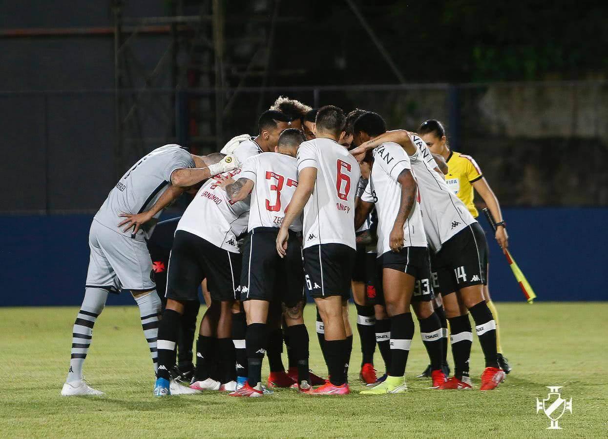 Jogadores do Vasco durante o jogo contra o Remo