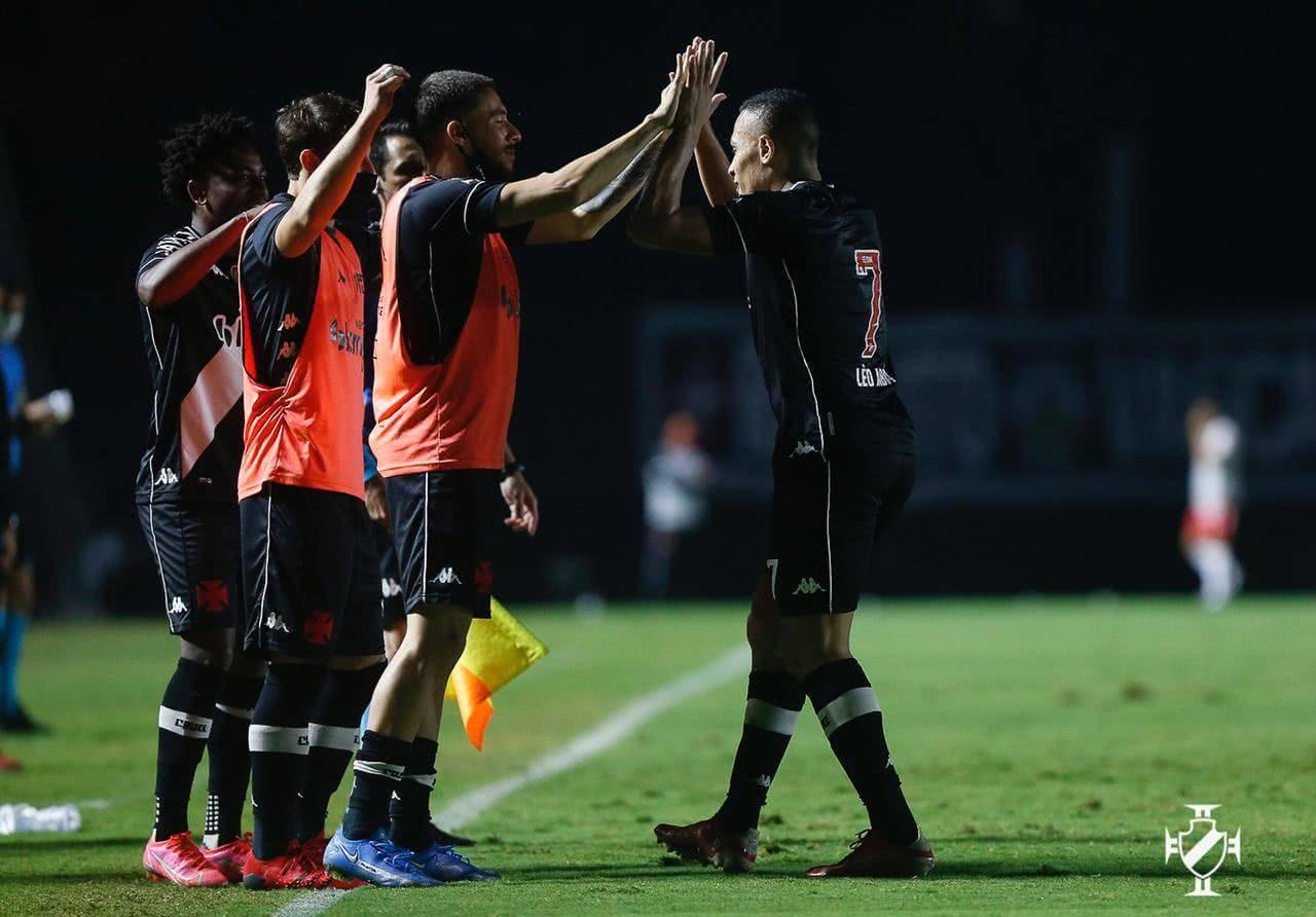 Léo Jabá comemorando com os companheiros gol contra o Vila Nova