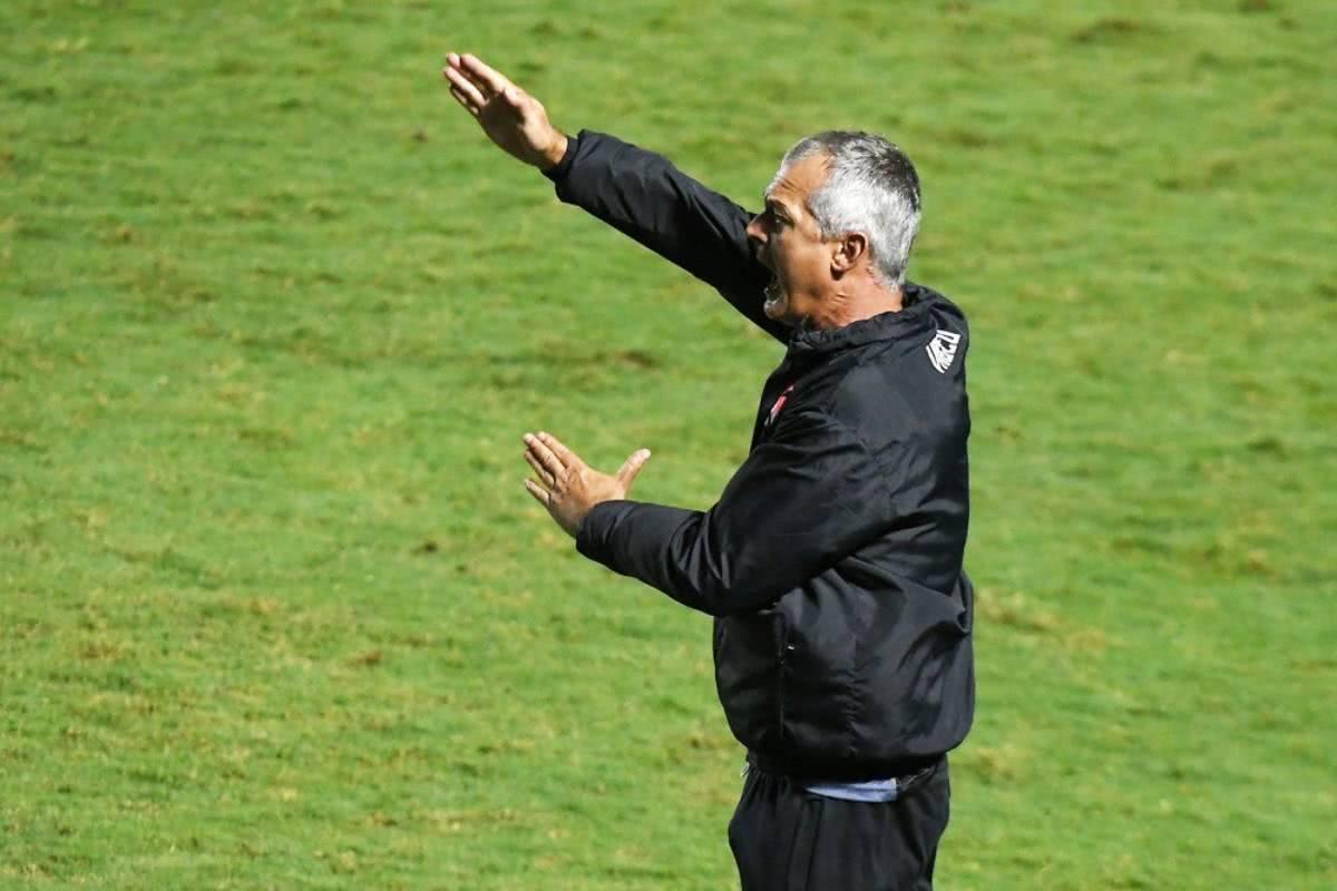 Lisca orientando o time durante Vasco x Vila Nova