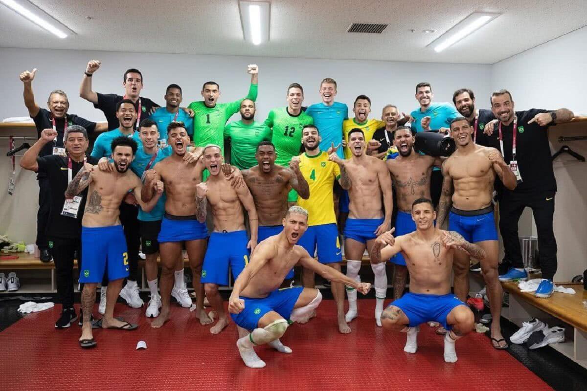 Lucão e Ricardo Graça com os demais jogadores da seleção brasileira