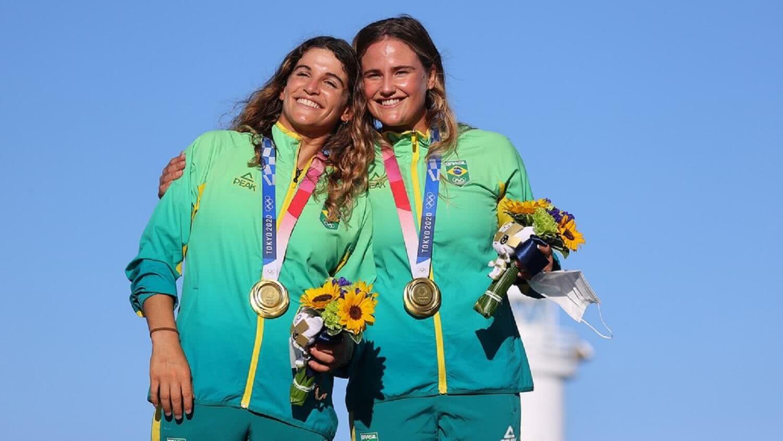 Respectivamente, Martine Grael e Kahena Kunze com a medalha de ouro em Tóquio 2020
