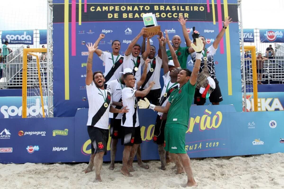 Jogadores do Vasco celebrando o título brasileiro de beach soccer
