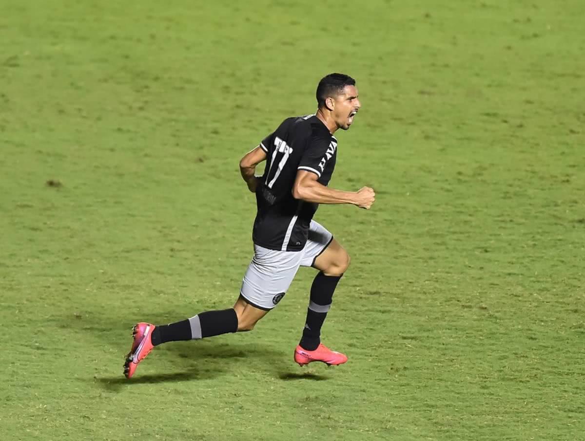 Daniel Amorim festejando gol contra o Brasil de Pelotas