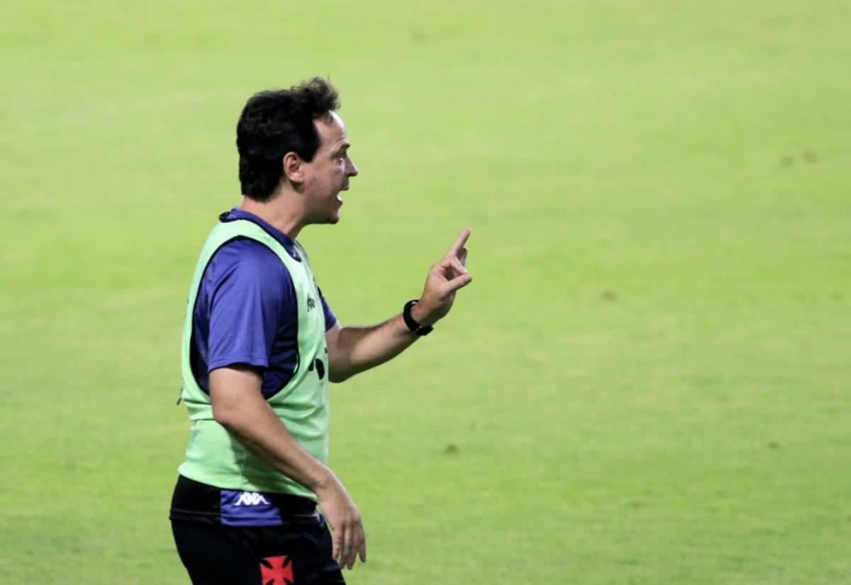 Fernando Diniz orientando o time contra o CRB