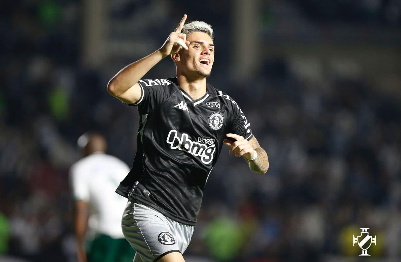Gabriel Pec comemorando o gol contra o Goiás