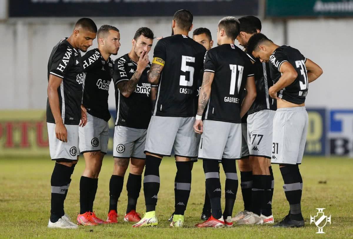 Jogadores do Vasco durante o jogo contra o Brusque