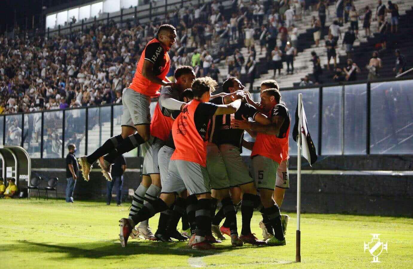 Jogadores comemorando gol contra o Goiás