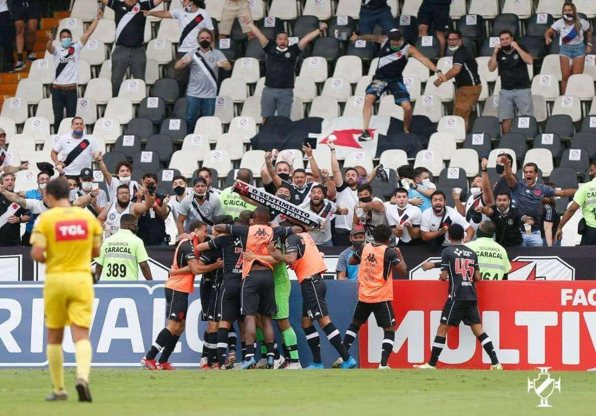 Nenê comemorando gol com a torcida