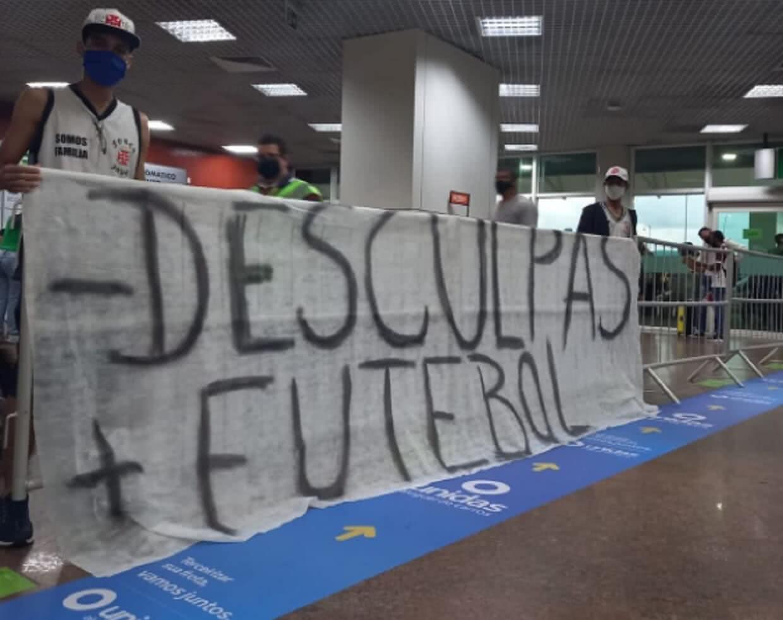 Torcedores protestam contra o Vasco em Maceió