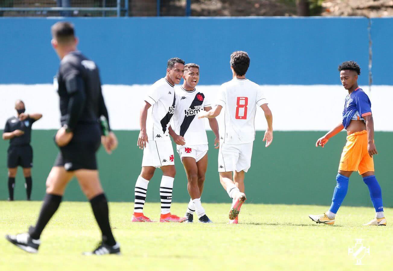 Julião, Vinícius e Marlon Gomes comemorando gol sobre o Nova Iguaçu pelo Carioca Sub-20 2021
