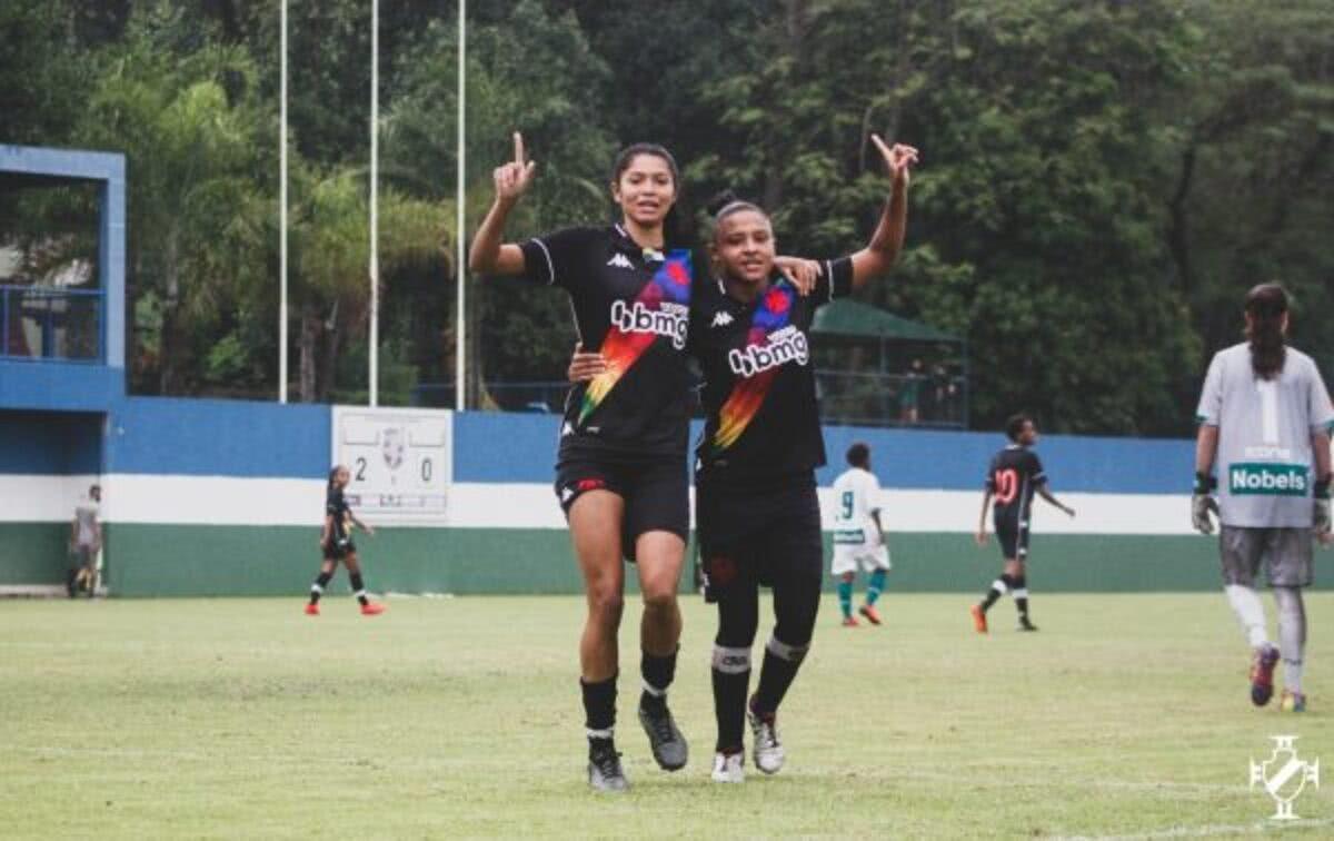 Anny e Dani Barão comemoram um dos gols do Vasco contra o Serra Macaense