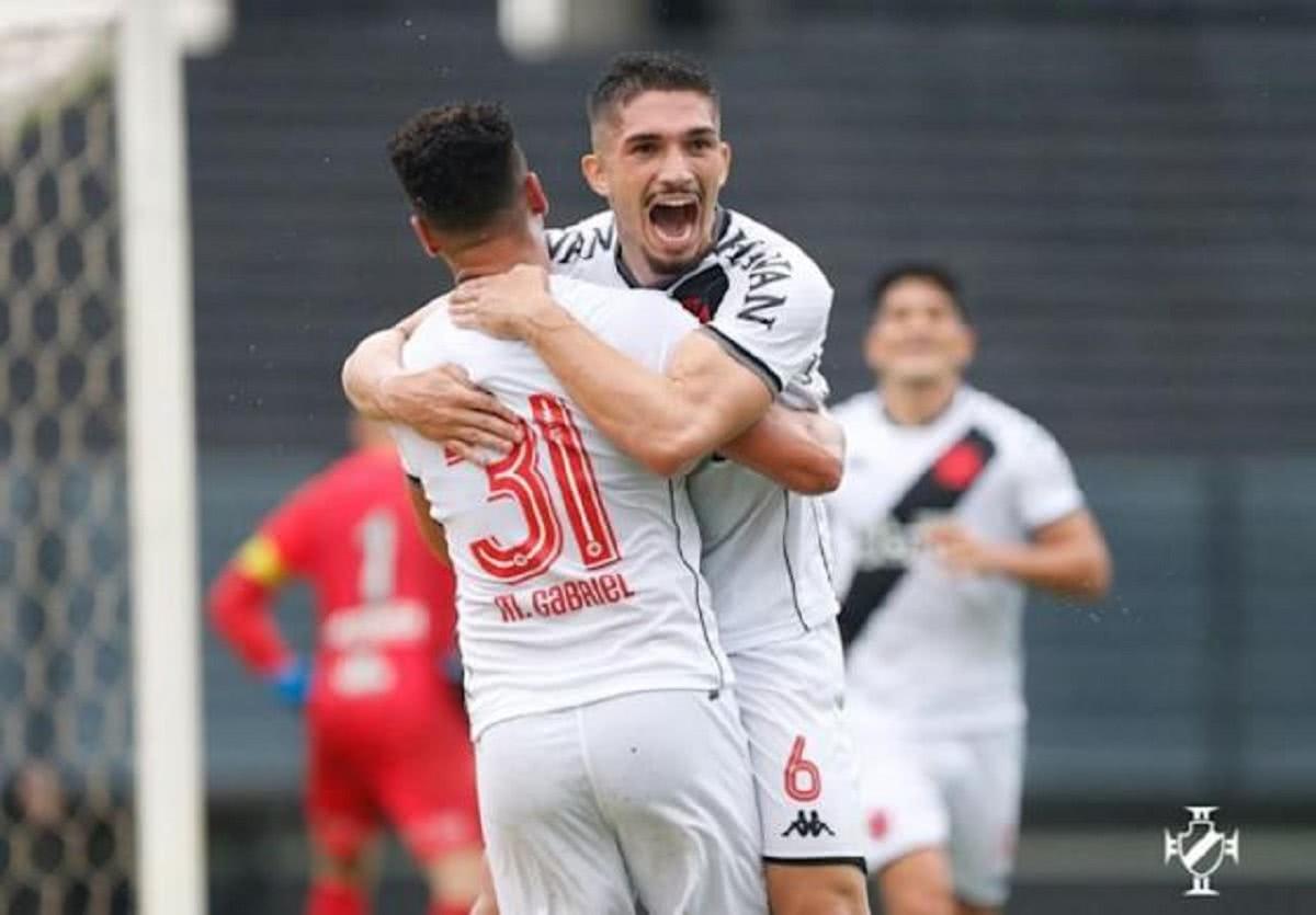 Andrey comemorando com Marquinhos Gabriel gol marcado contra a Ponte Preta pela Série B 2021