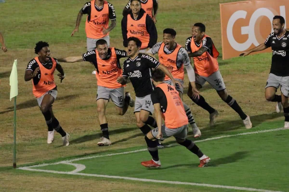 Cano comemorando gol contra o Confiança