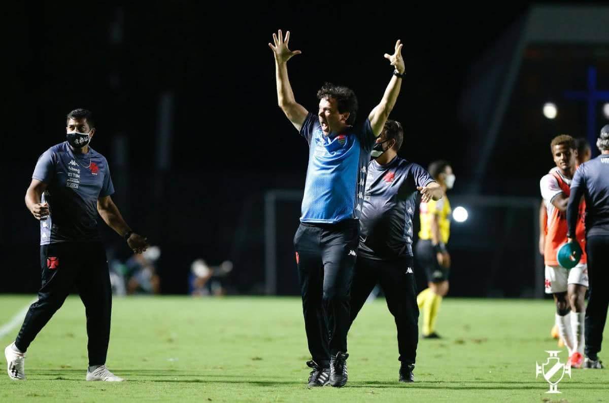 Fernando Diniz comemorando vitória contra o Coritiba